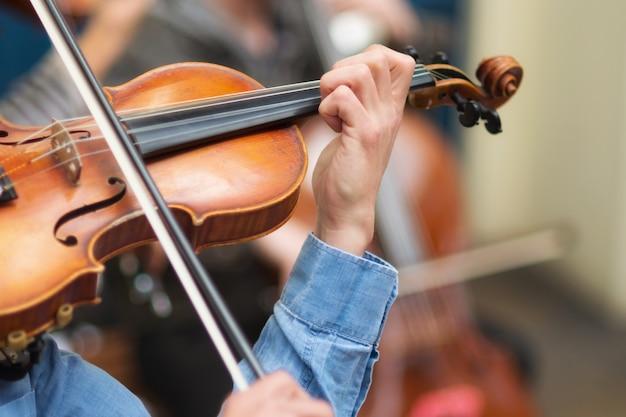 Músico de rua tocando violino nas ruas. Foto Premium