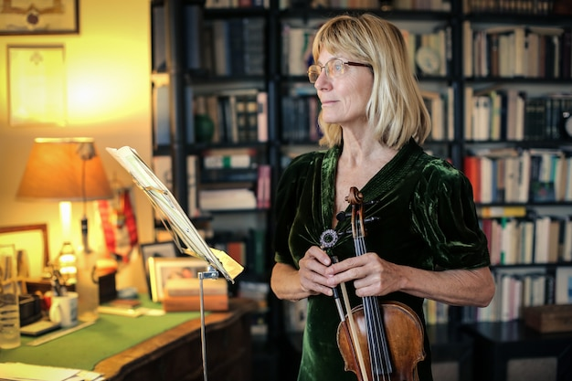 Músico de violino sênior Foto Premium