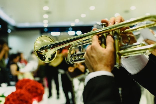 Músico mexicano com sua trombeta e guitarras Foto Premium