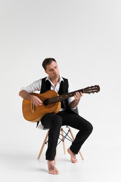 Músico tocando violão clássico Foto gratuita