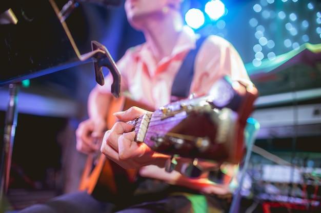 Músico tocando violão em uma festa Foto Premium