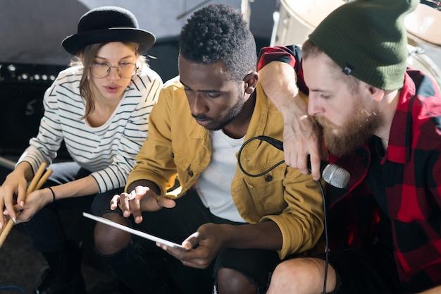 Músicos criativos trabalhando em estúdio Foto Premium