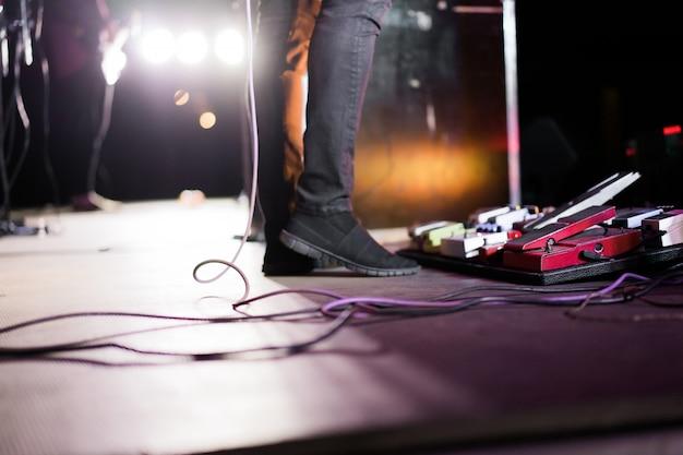 Músicos no palco durante um show Foto gratuita