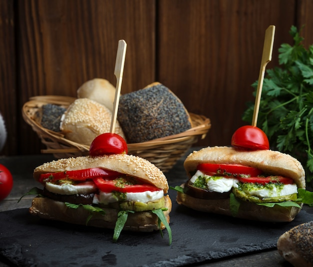 Mussarela vegetariana e sanduíche de tomate Foto gratuita