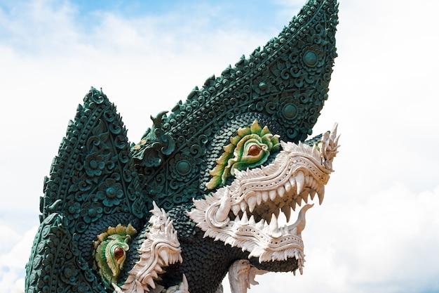 Na lenda naga é proteger o budismo naga estátua na tailândia Foto Premium