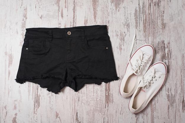 Na moda. calção preto e tênis branco. vista do topo Foto Premium