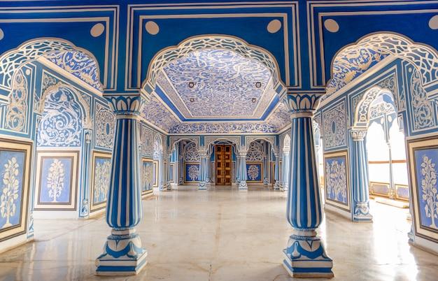 Na sala azul de sukh niwas, palácio da cidade, jaipur, india. Foto Premium
