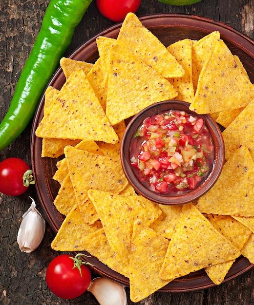 Nacho mexicano chips e molho de salsa na tigela Foto gratuita