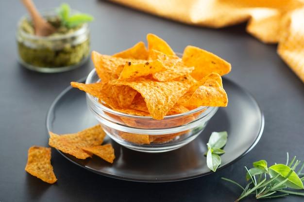 Nachos chips ou chips mexicanos de milho na tigela de vidro, lanche isolado comida saudável Foto Premium