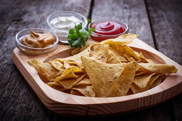 Nachos de chips de milho mexicano com molho Foto Premium