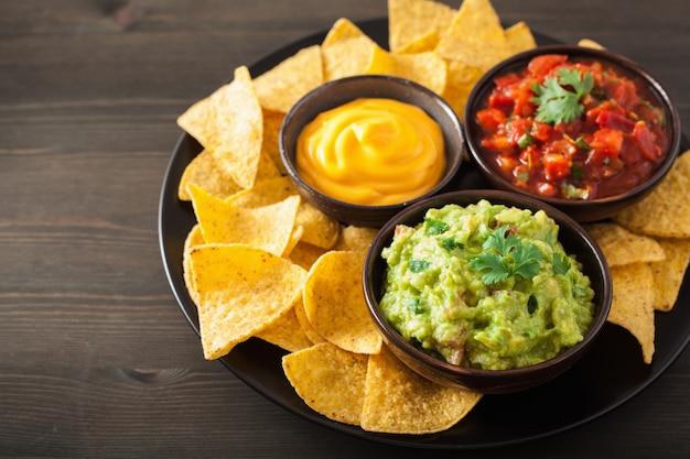 Nachos mexicanos com molho guacamole, salsa e queijo Foto Premium