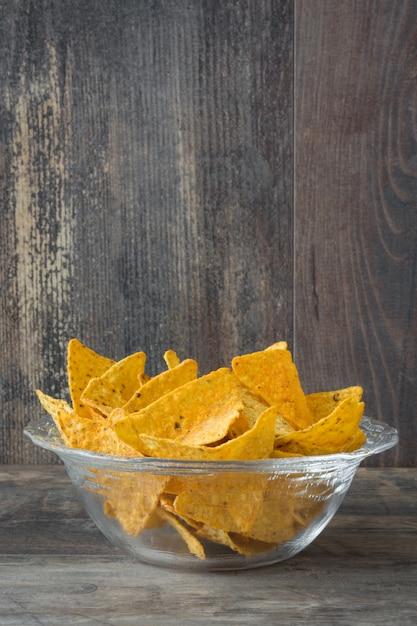 Nachos mexicanos típicos na mesa de madeira Foto Premium