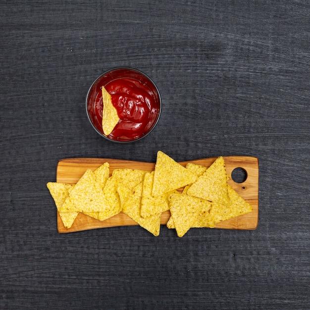 Nachos tradicionais crocantes com molho de tomate Foto gratuita