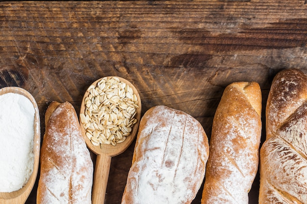 Naco de pão em uma mesa de madeira Foto gratuita