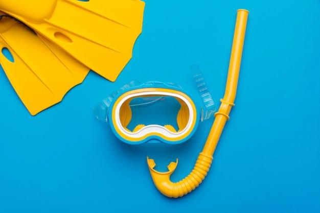 Nadadeiras amarelas brilhantes e máscara de mergulho Foto Premium