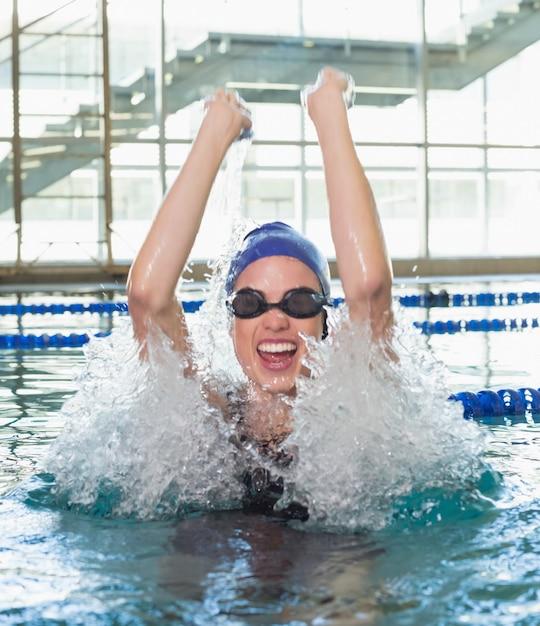 Nadador animado torcendo na piscina Foto Premium