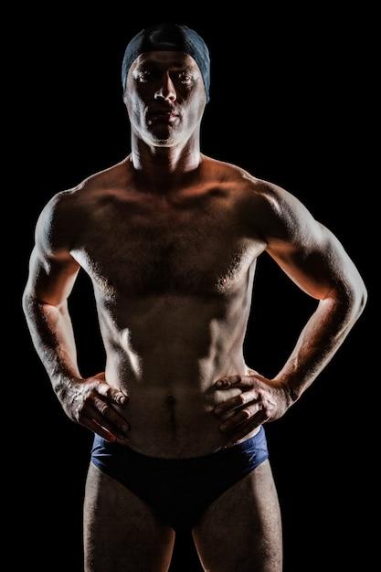 Nadador em pé com mão no quadril Foto Premium