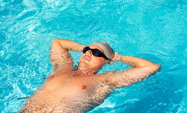Nadador masculino flutuando na piscina Foto gratuita
