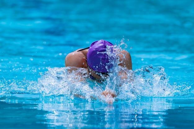 Nadador masculino, trabalhando, ligado, seu, breaststroke, em, um, local, piscina Foto Premium