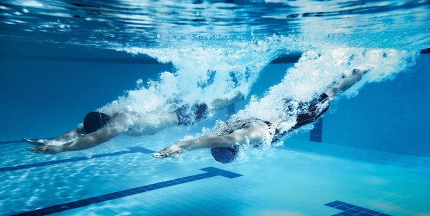 Nadador salto da plataforma saltando uma piscina. foto subaquática Foto Premium