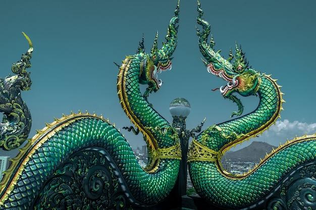 Naga, ou, serpente, estátua, em, wat khao, phra, kru, templo, chonburi, tailandia Foto Premium