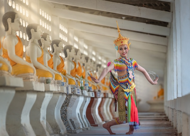 Nakhon si thammarat, tailândia-17 de agosto de 2018: the nora é uma dança tradicional do sul de nakhon si thammarat tailândia Foto Premium