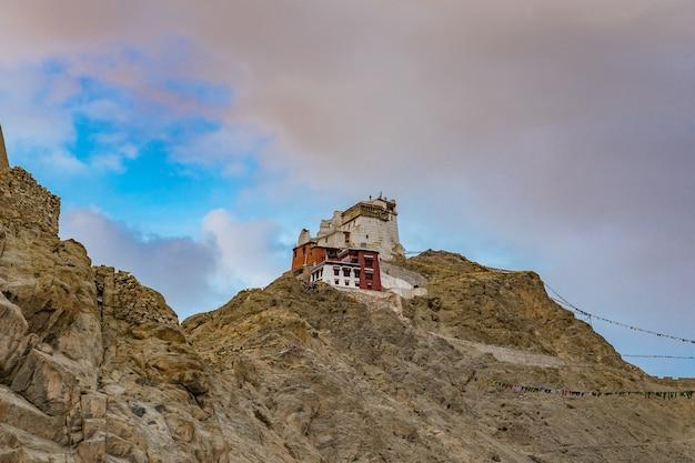 Namgyal tsemo gompa (monastério budista tibetano) e ruínas do forte de namgyal tsemo. leh, ladakh, índia Foto Premium
