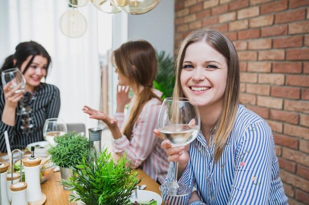 Namoradas conversando e bebendo vinho Foto gratuita
