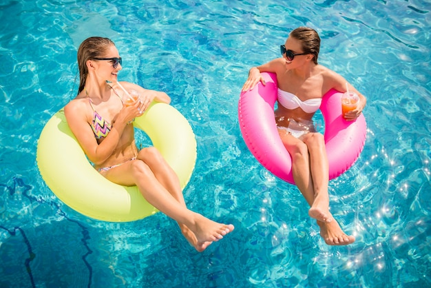 Namoradas estão se divertindo na piscina. Foto Premium