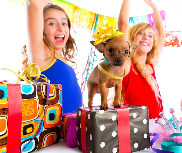 Namoradas festa dançando com presentes e cachorrinho Foto Premium