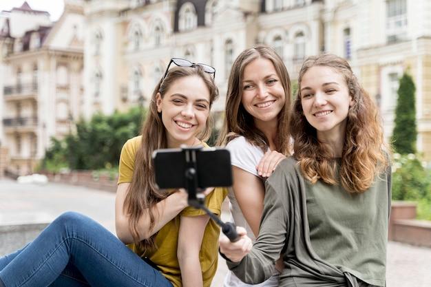Namoradas jovens tomando selfie Foto gratuita