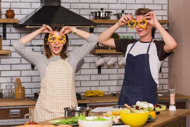 Namorados fazendo caretas na cozinha Foto gratuita