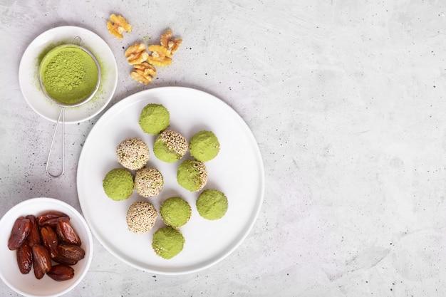 Não há mordidas ou bolas de energia matcha assadas, preparadas com ingredientes naturais, como nozes, pó de matcha, tâmaras. vista do topo Foto Premium