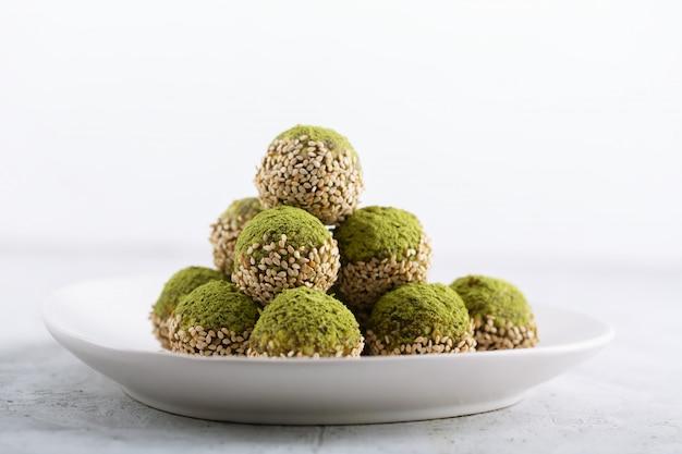 Não há mordidas ou bolas de energia matcha assadas, preparadas com ingredientes naturais, como nozes, pó de matcha, tâmaras Foto Premium