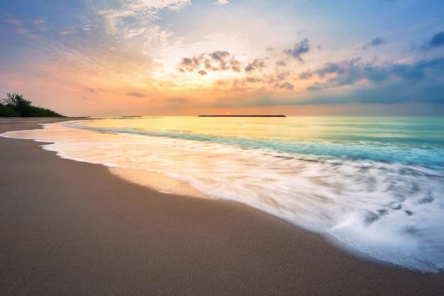 Nascer do sol bonito do amanhecer sobre o mar o horizonte na praia de hat chao samran em phetchaburi tailândia. Foto Premium