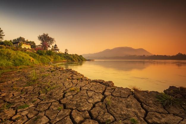 Nascer do sol bonito em mekong river em chiang khan, na beira de tailândia e em laos, província de loei, tailândia. Foto Premium