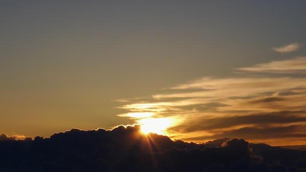 Nascer do sol com nuvem de manhã, o japão Foto Premium