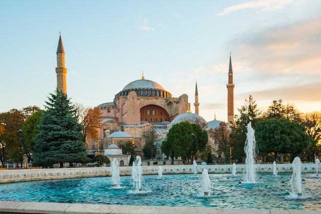 Nascer do sol com vista do marco de hagia sofia em istambul, turquia Foto Premium