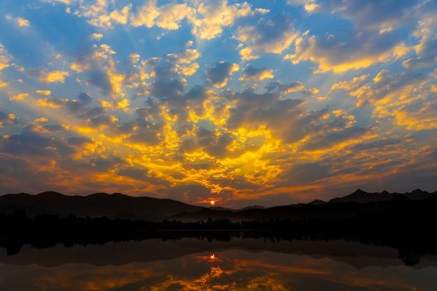 Nascer do sol da manhã com fundo natural do lago e das montanhas. Foto Premium