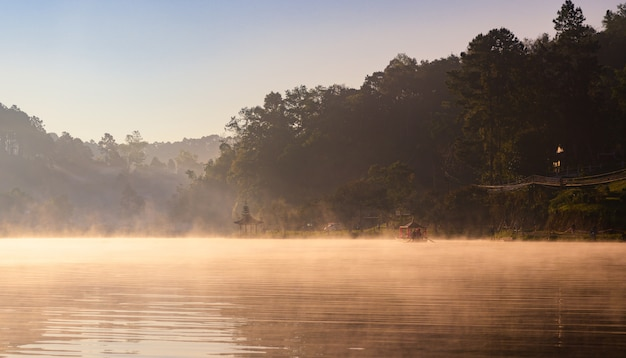 Nascer do sol da manhã com nevoeiro sobre rever Foto Premium