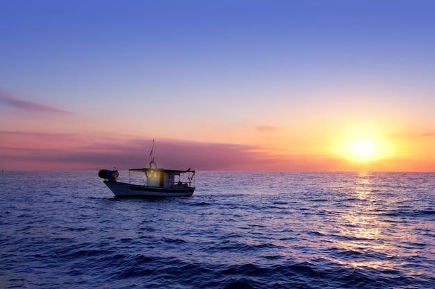 Nascer do sol do mar azul com sol no horizonte Foto Premium