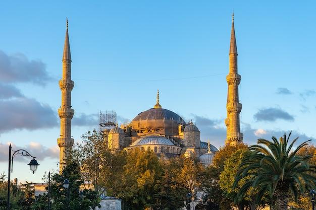 Nascer do sol em istambul, com vista da mesquita azul na turquia Foto Premium