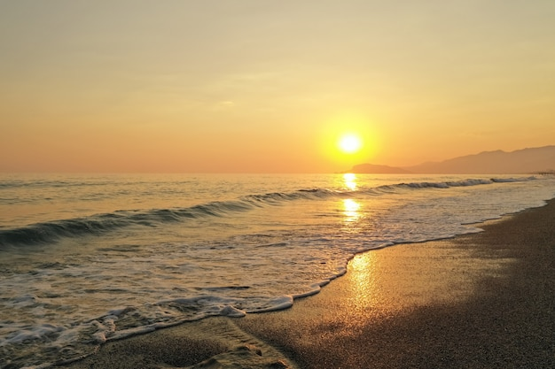 Nascer do sol incrível no mar na turquia Foto gratuita