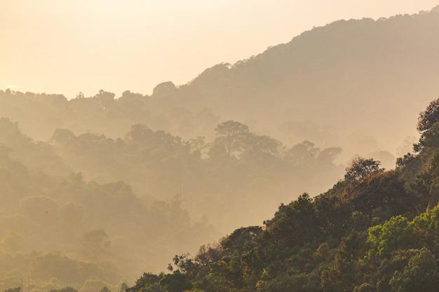 Nascer do sol majestoso do filtro de instagram na paisagem das montanhas. céu dramático Foto Premium