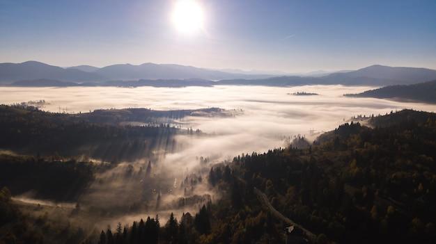 Nascer do sol majestoso na paisagem de montanhas Foto Premium