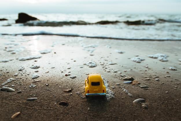 Nascer do sol na miniatura tropical da praia e do carro da ilha. Foto Premium