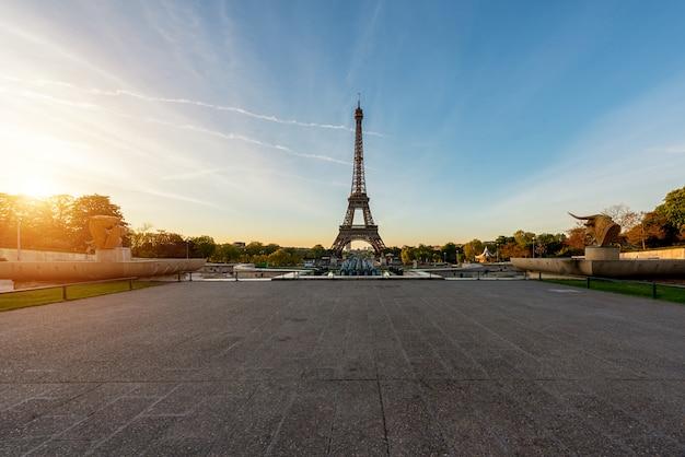 Nascer do sol na torre eiffel, em paris, frança. torre eiffel é um lugar famoso em paris, frança. Foto Premium