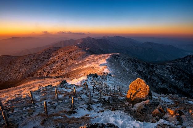 Nascer do sol nas montanhas deogyusan cobertas de neve no inverno, coreia do sul Foto gratuita