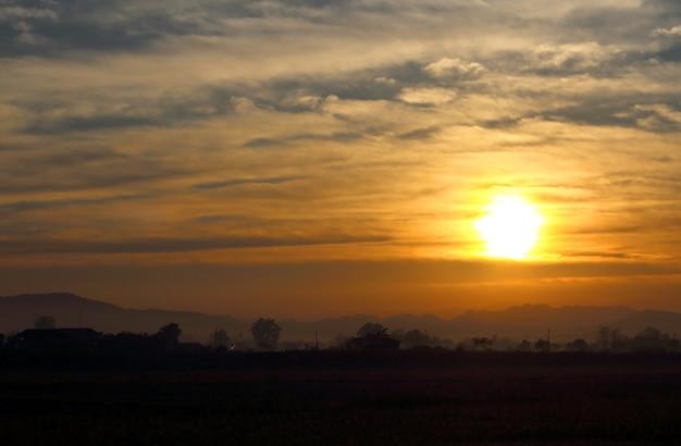 Nascer do sol natural na montanha Foto Premium