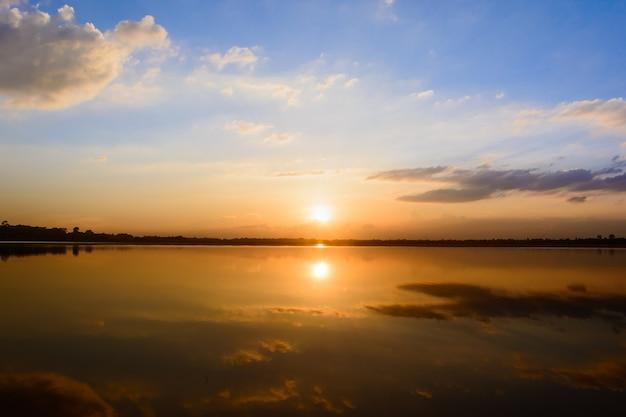 Nascer do sol no mar Foto Premium
